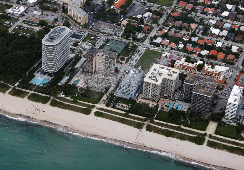 """<p>Шимон Вдовински – професор от Университета във Флорида – казва пред CNN, че е провел проучване преди година, което установило, че Champlain Towers показва индикации за """"потъване"""" през 90-те. От 1993 до 1999 е губила височина по два милиметра на година.</p>  <p></p>"""