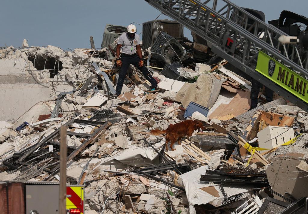 <p>Спасителните операции продължават и през нощта. Екипите използват сонарни камери и обучени кучета в търсене на оцелели.</p>  <p>Те са влезли в подземен паркинг под сградата, казва директорът на полицията в Маями-Дейд.</p>  <p></p>