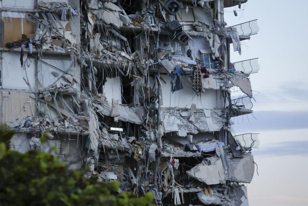 """<p>Общо 102 души, които живеят в сградата Champlain Towers на """"Колинс Авеню"""", са били открити.</p>  <p>""""Това е окуражаващо. Знаем местонахождението на тези хора и те се намират в безопасност"""", обяви кметът на Маями-Дейд Даниела Кава. """"Почти толкова обаче се издирват"""".</p>"""